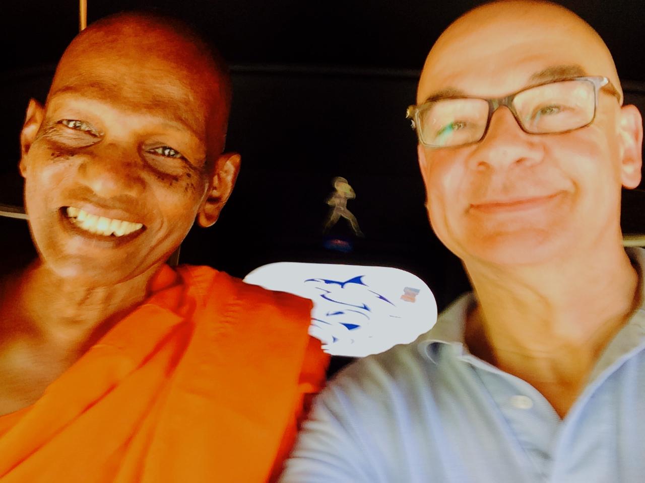 Dieter Bednarz und der ehrwürtige Mönch Siri im Tuc Tuc