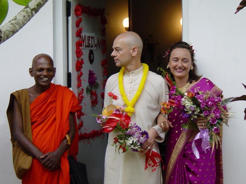 Dieter und Esther bei der Hochzeitszeremonie mit Mönch Siri