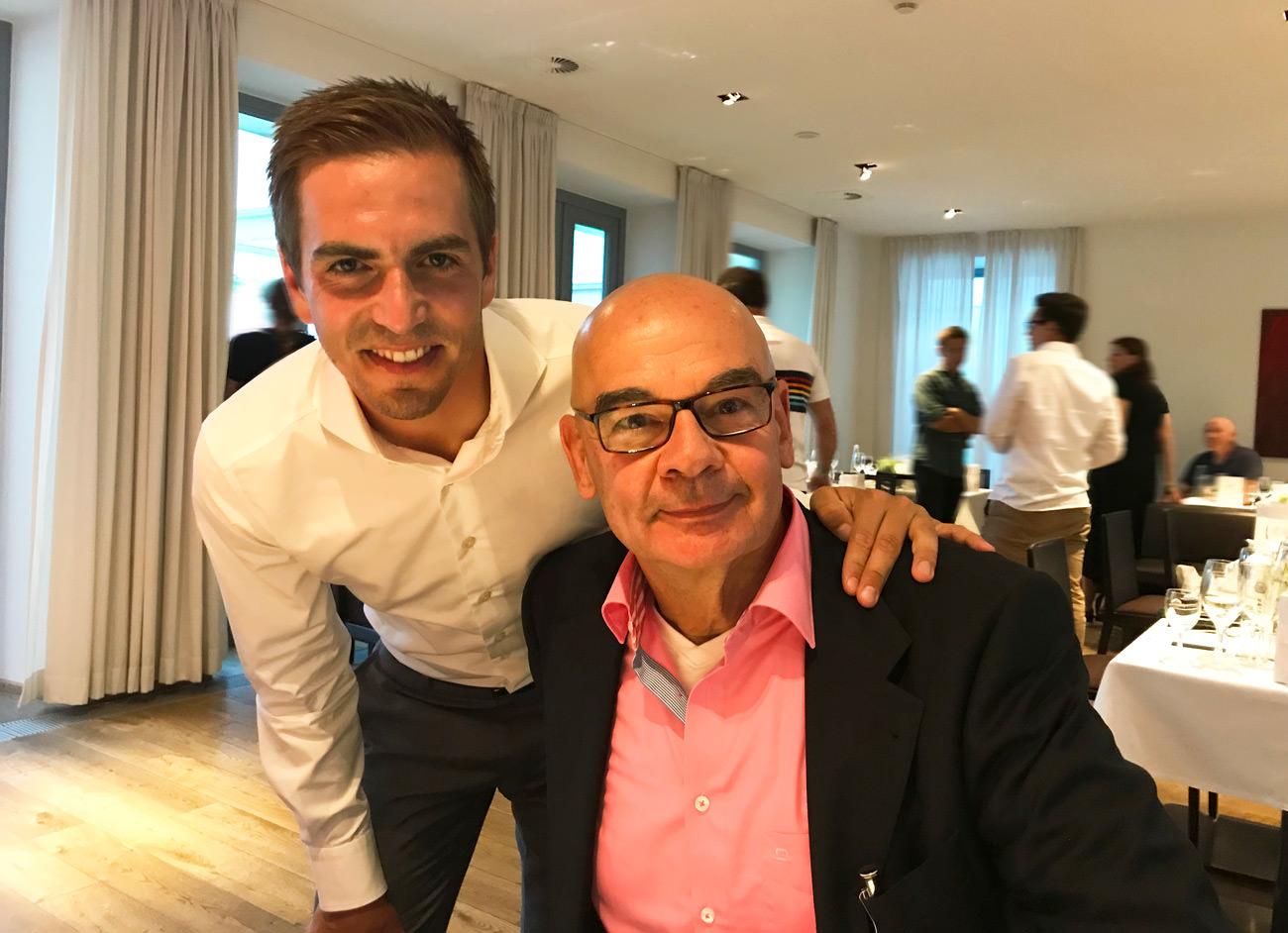 """Philipp Lahm erhält von Dieter Bednarz das erste Exemplar von """"Zu jung für alt"""""""